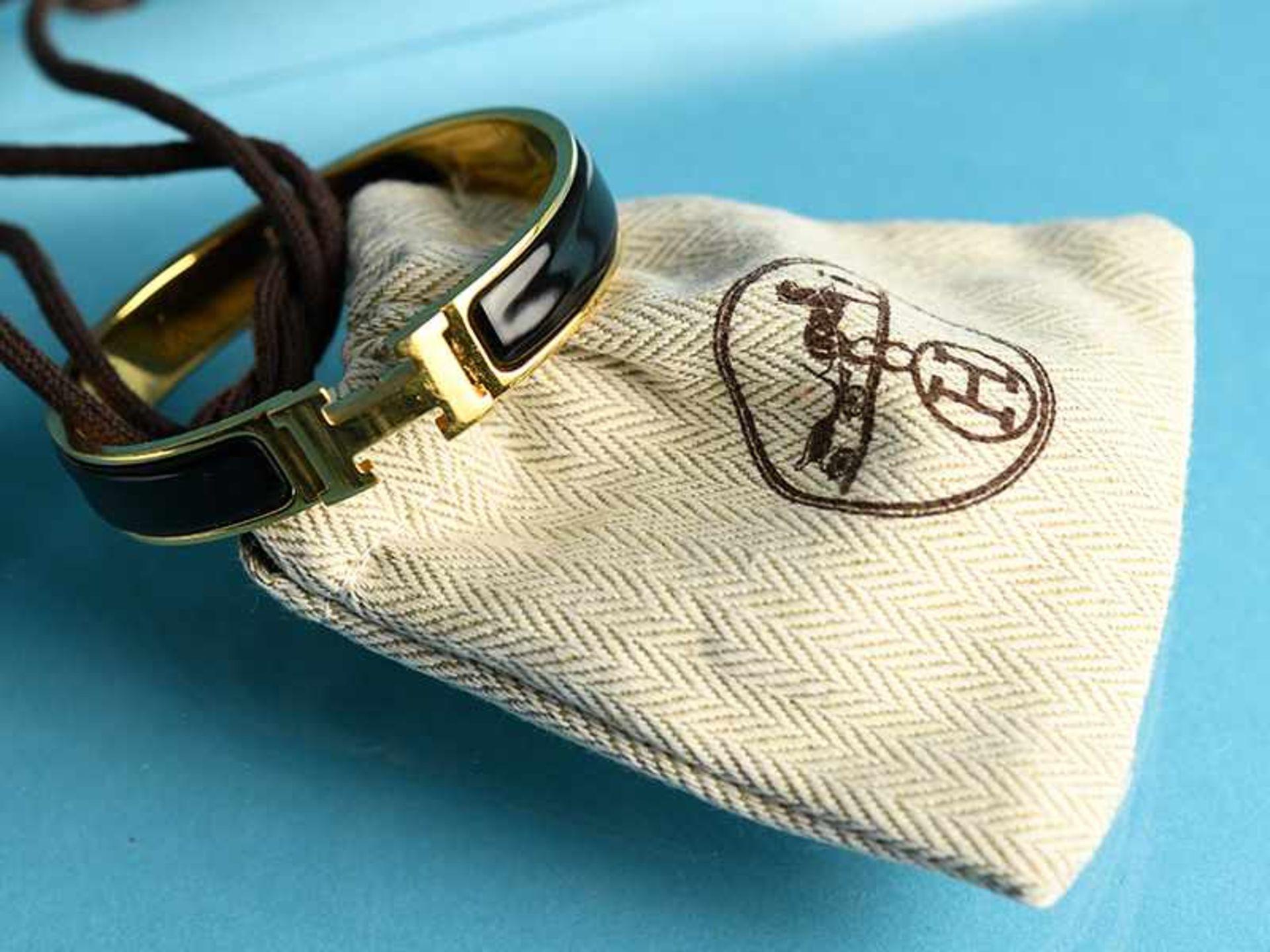 Armreifen, Hermès, Paris, 20. Jh. Vergoldet mit schwarzem Email. Schmale Bandform. Mittig Hermès - Bild 2 aus 3