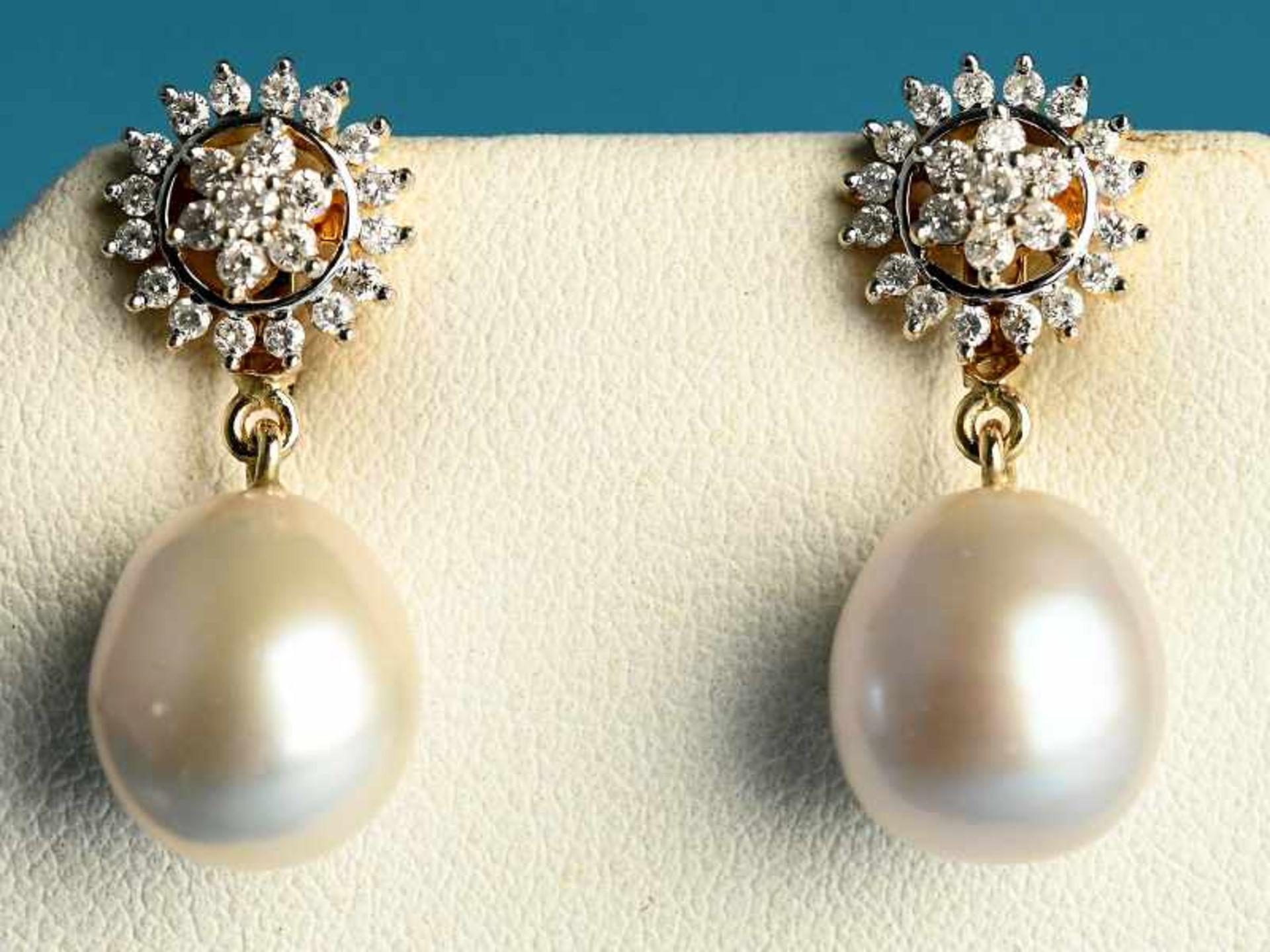 Paar Ohrgehänge mit Perlen und Brillanten, zusammen ca. 0,5 ct, 21. Jh. 585/- Gelbgold.