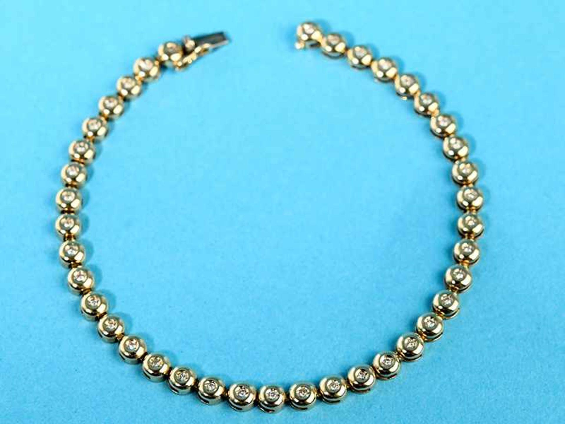 Tennisarmband mit 39 kleinen Diamanten, zusammen ca. 0,3 ct, 20. Jh. 585/- Gelbgold. Gesamtgewicht