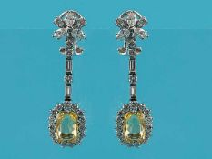 Paar Ohrgehänge mit 2 gelben Saphiren, zusammen ca. 5,15 ct und 50 Brillanten/ Diamanten, zusammen