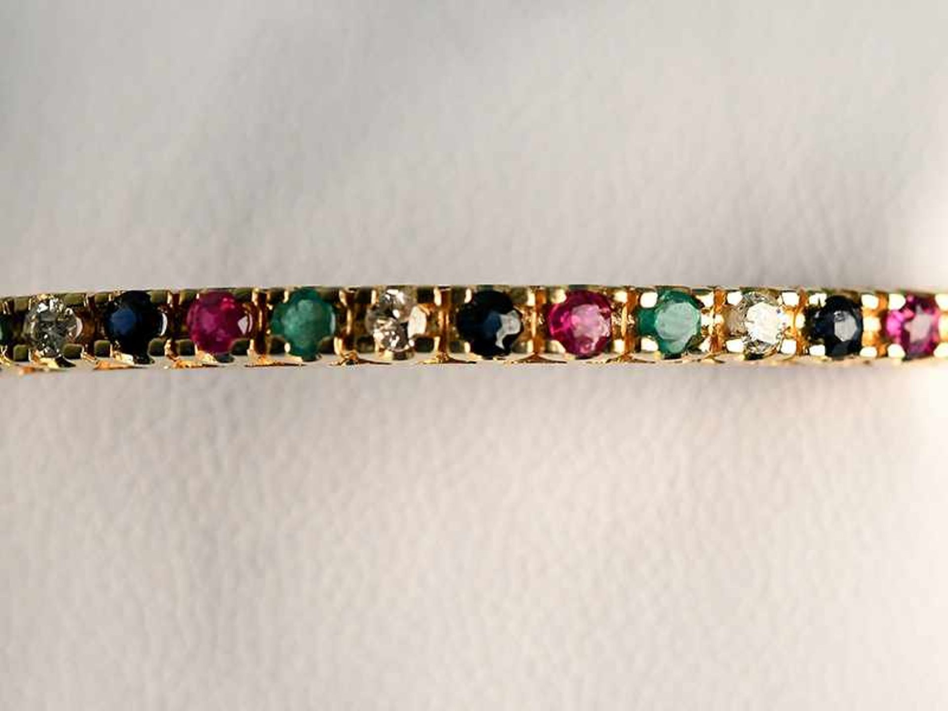 Armreifen mit Rubin, Saphir, Smaragd und Brillanten, zusammen ca. 0,3 ct, 20. Jh. 585/- Gelbgold.