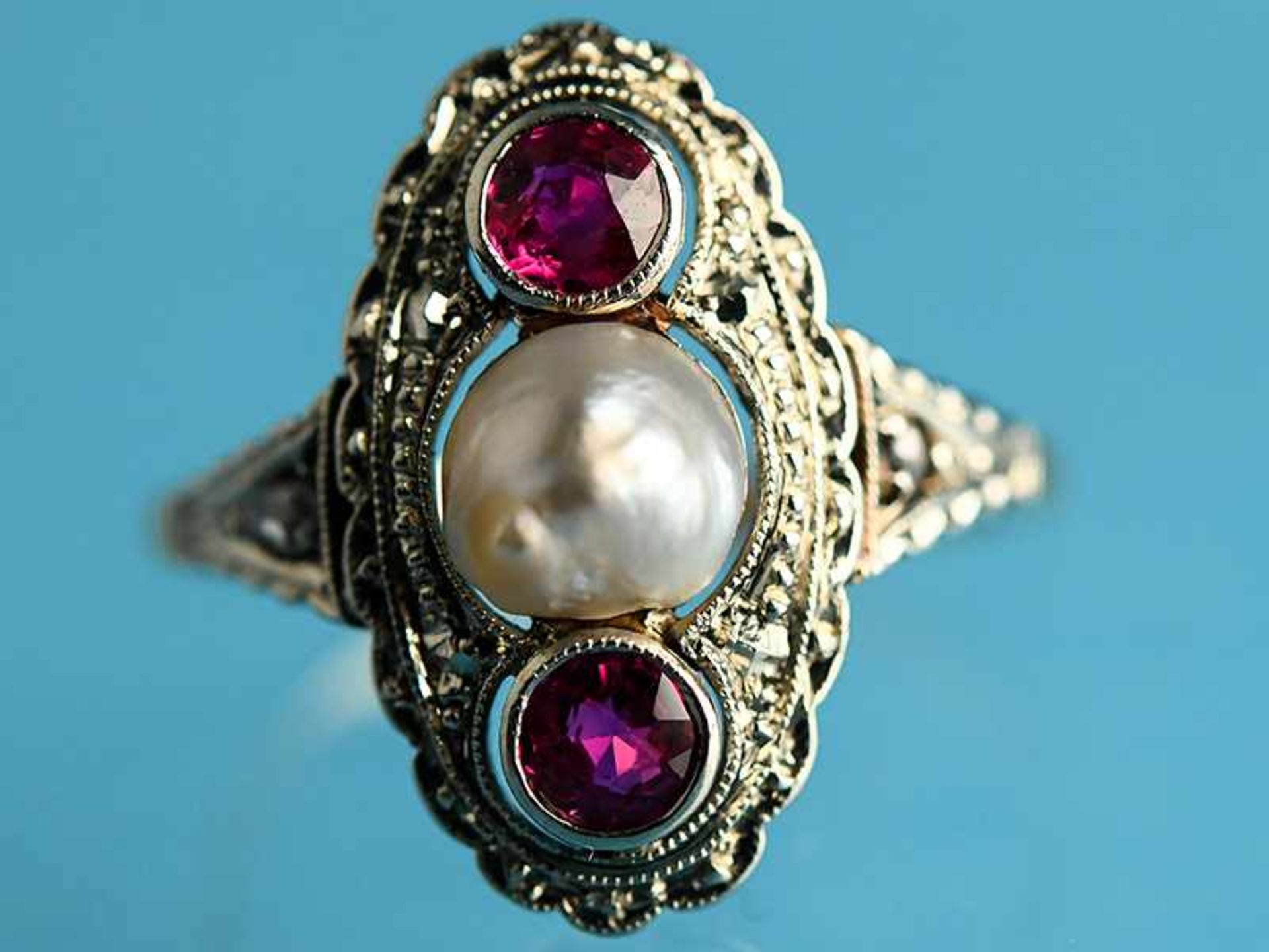 Ring mit Orientperle und zwei Rubinen, Art Deco 585/- Gelbgold und Silber parkettiert. Ovale