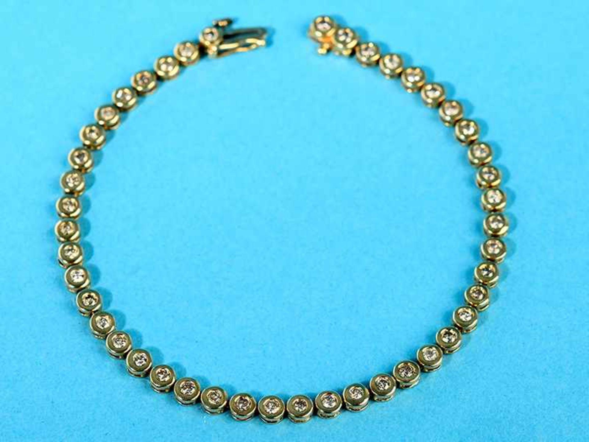 Tennisarmband mit 45 Brillanten, zusammen 2 ct, 70- er Jahre 585/- Gelbgold. Gesamtgewicht ca. 9