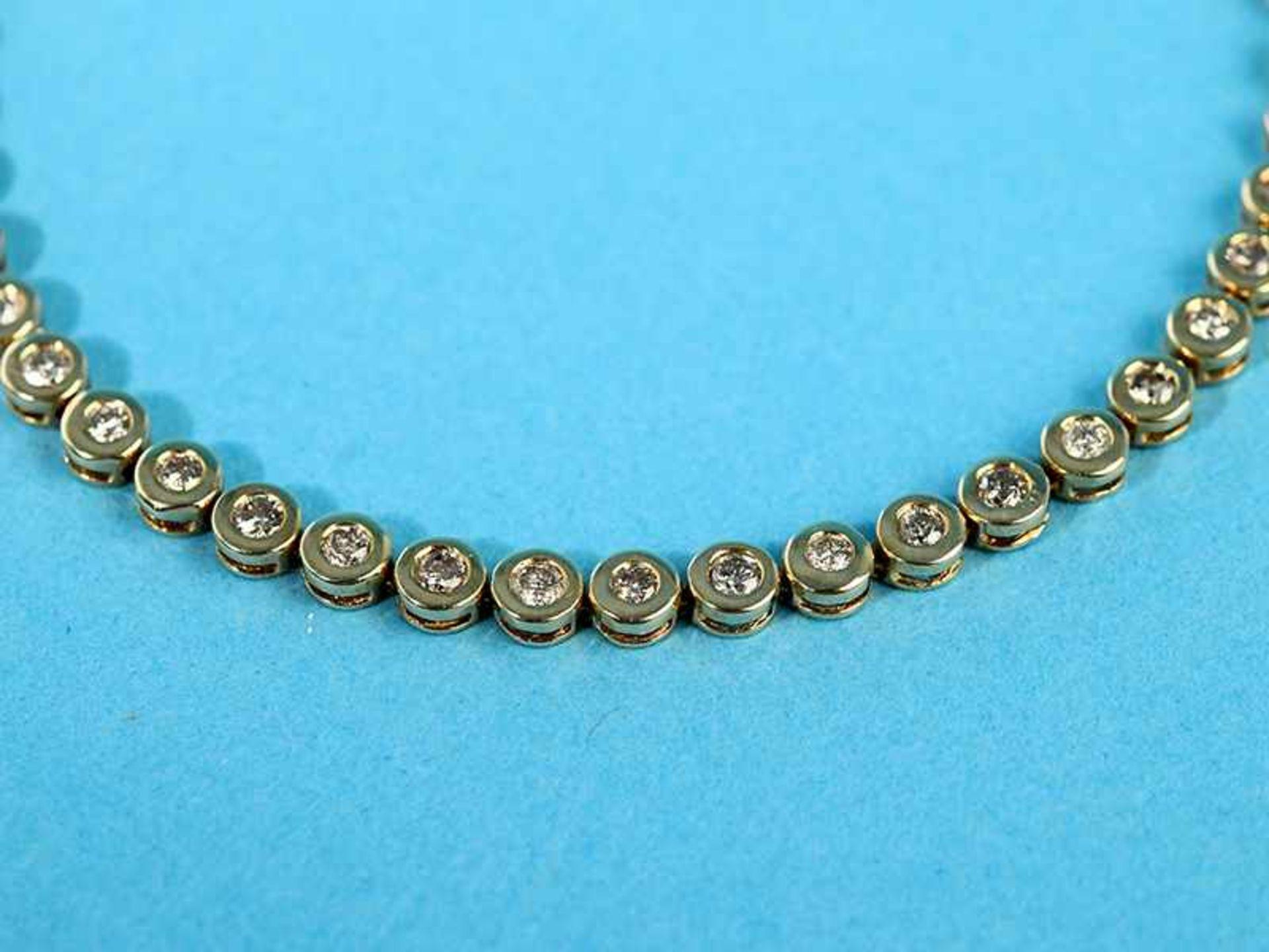 Tennisarmband mit 45 Brillanten, zusammen 2 ct, 70- er Jahre 585/- Gelbgold. Gesamtgewicht ca. 9 - Bild 2 aus 2