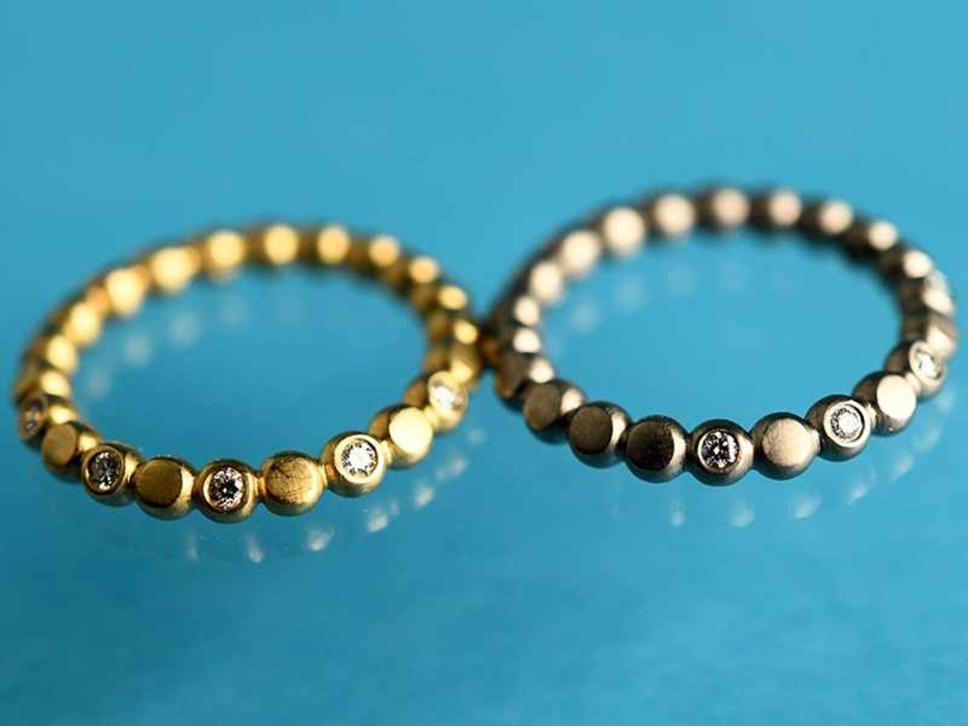2 Ringe mit jeweils 5 Brillanten, zusammen ca. 0,3 ct.Goldschmiedearbeit, 20. Jh. 750/- Gelb- und - Bild 2 aus 2