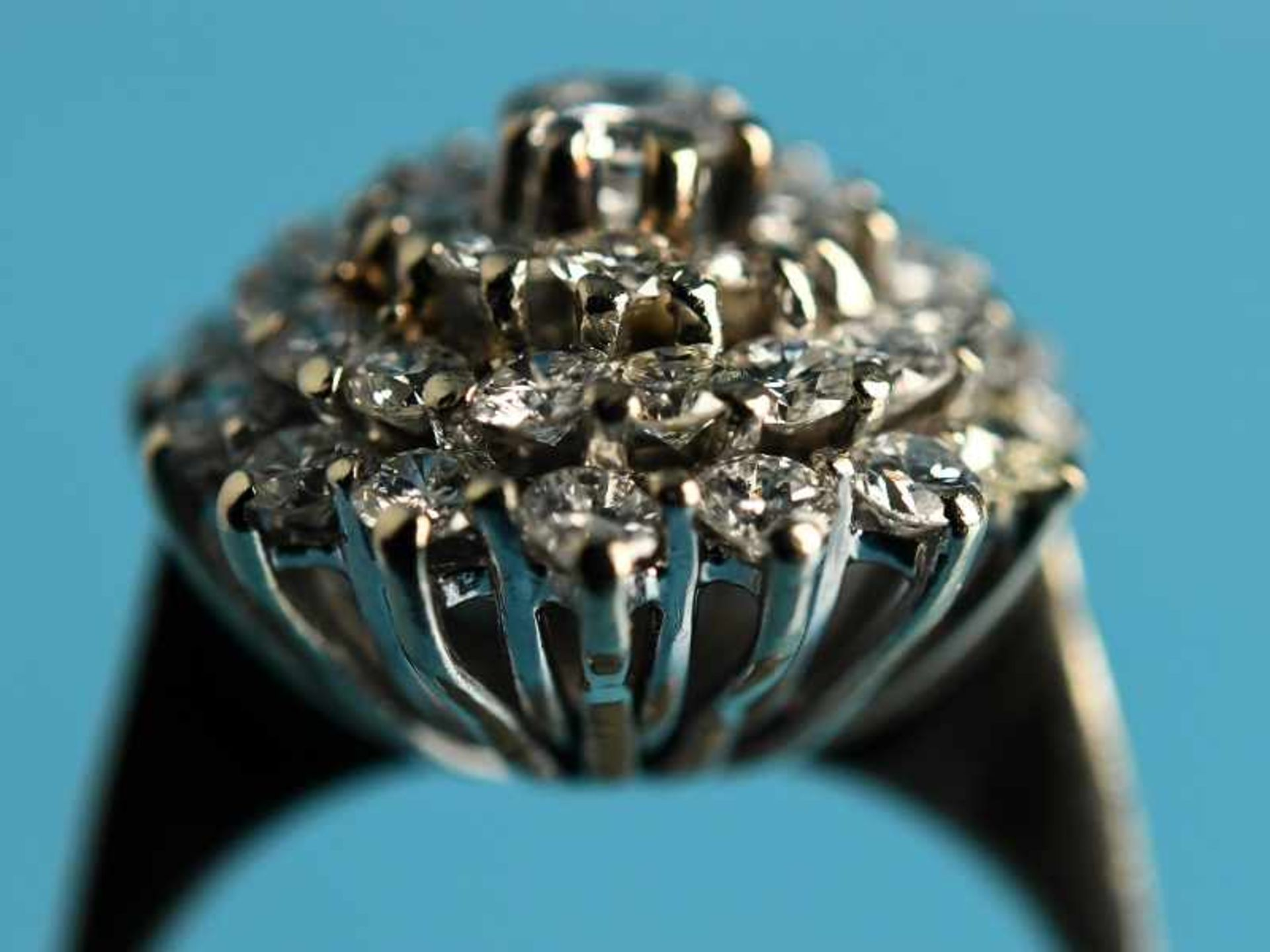 Ring mit Brillanten, zusammen ca. 1,3 ct, 80- er Jahre 585/- Weißgold. Gesamtgewicht ca. 4,7 g. - Bild 2 aus 4