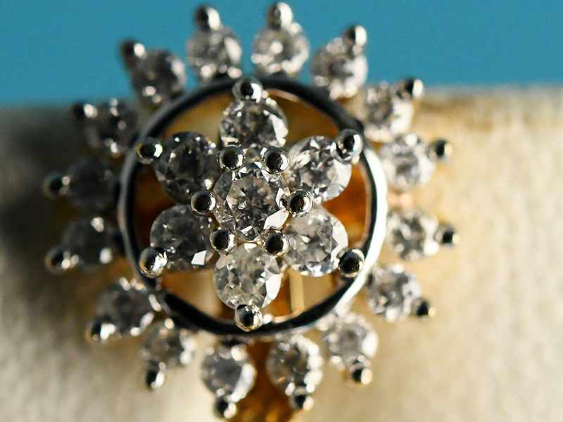 Paar Ohrgehänge mit Perlen und Brillanten, zusammen ca. 0,5 ct, 21. Jh. 585/- Gelbgold. - Bild 2 aus 2