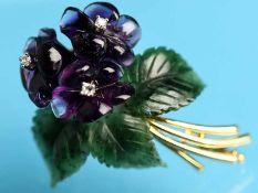 Blütenbrosche mit Amethyst, Nephrit und kleinen Diamanten, 80-er Jahre Montierung und Blütenstiele