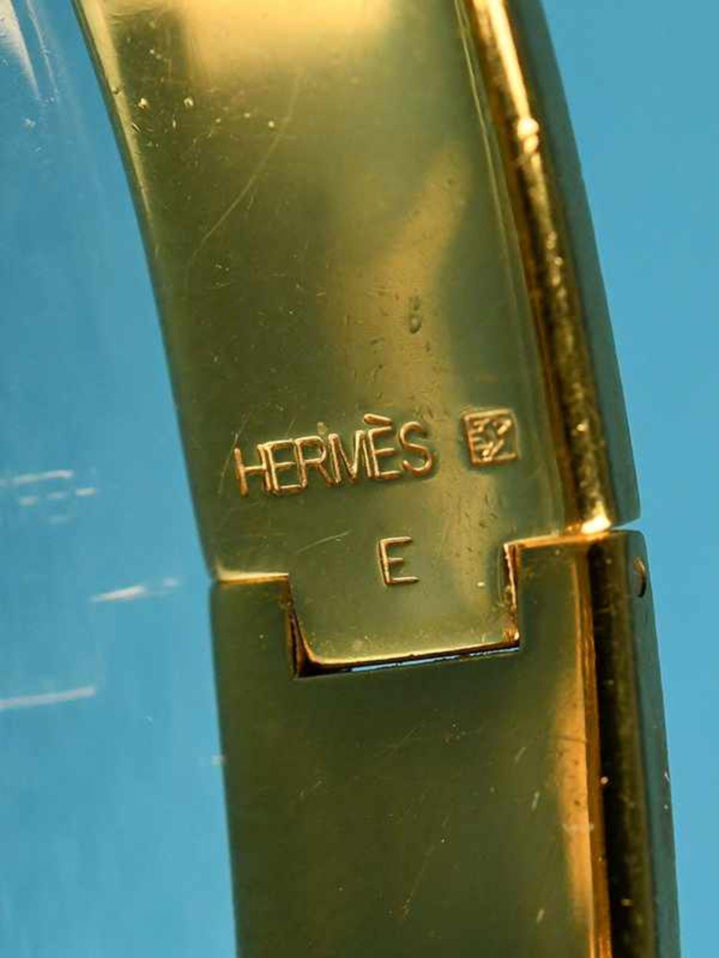 Armreifen, Hermès, Paris, 20. Jh. Vergoldet mit schwarzem Email. Schmale Bandform. Mittig Hermès - Bild 3 aus 3