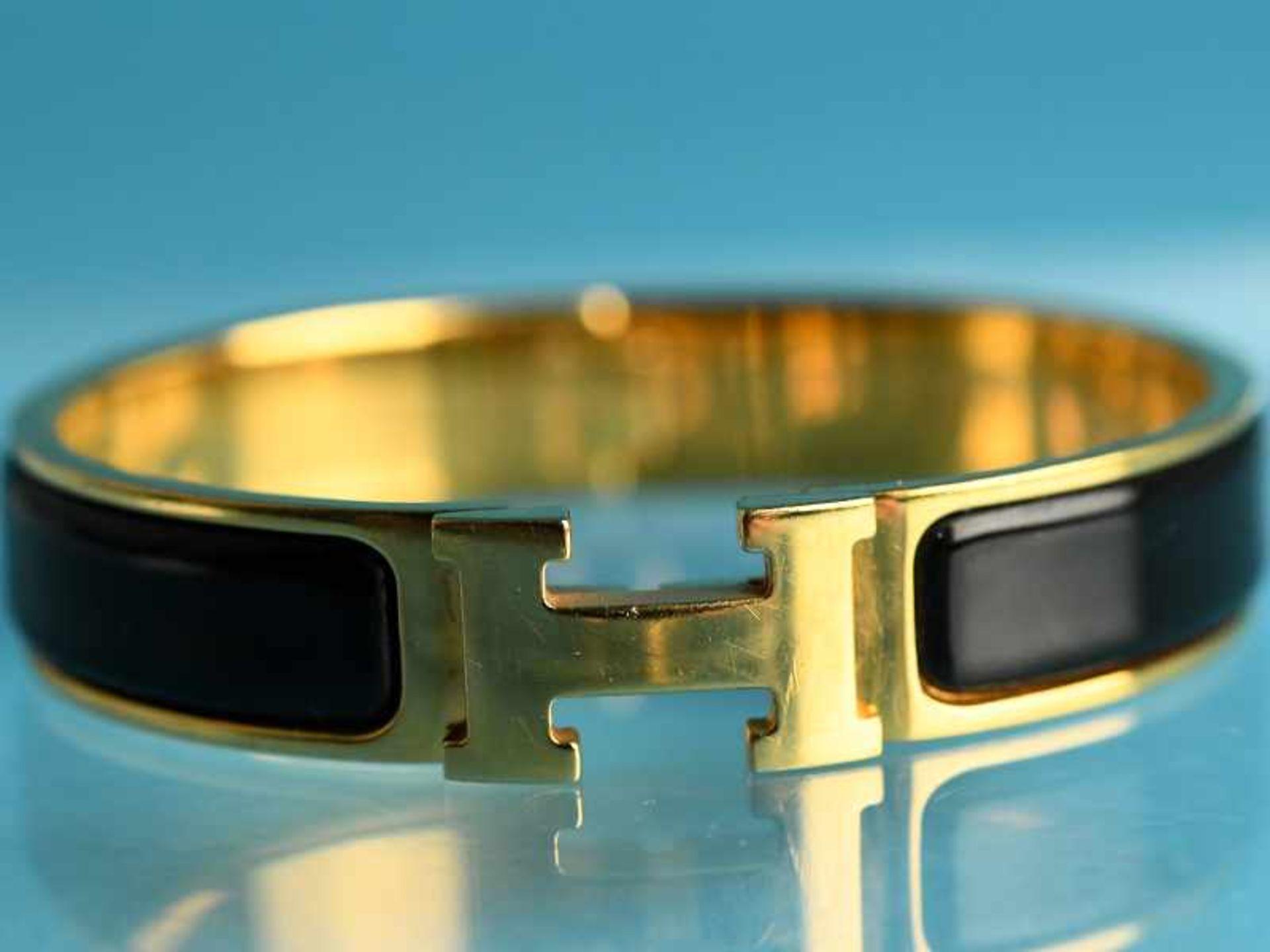 Armreifen, Hermès, Paris, 20. Jh. Vergoldet mit schwarzem Email. Schmale Bandform. Mittig Hermès