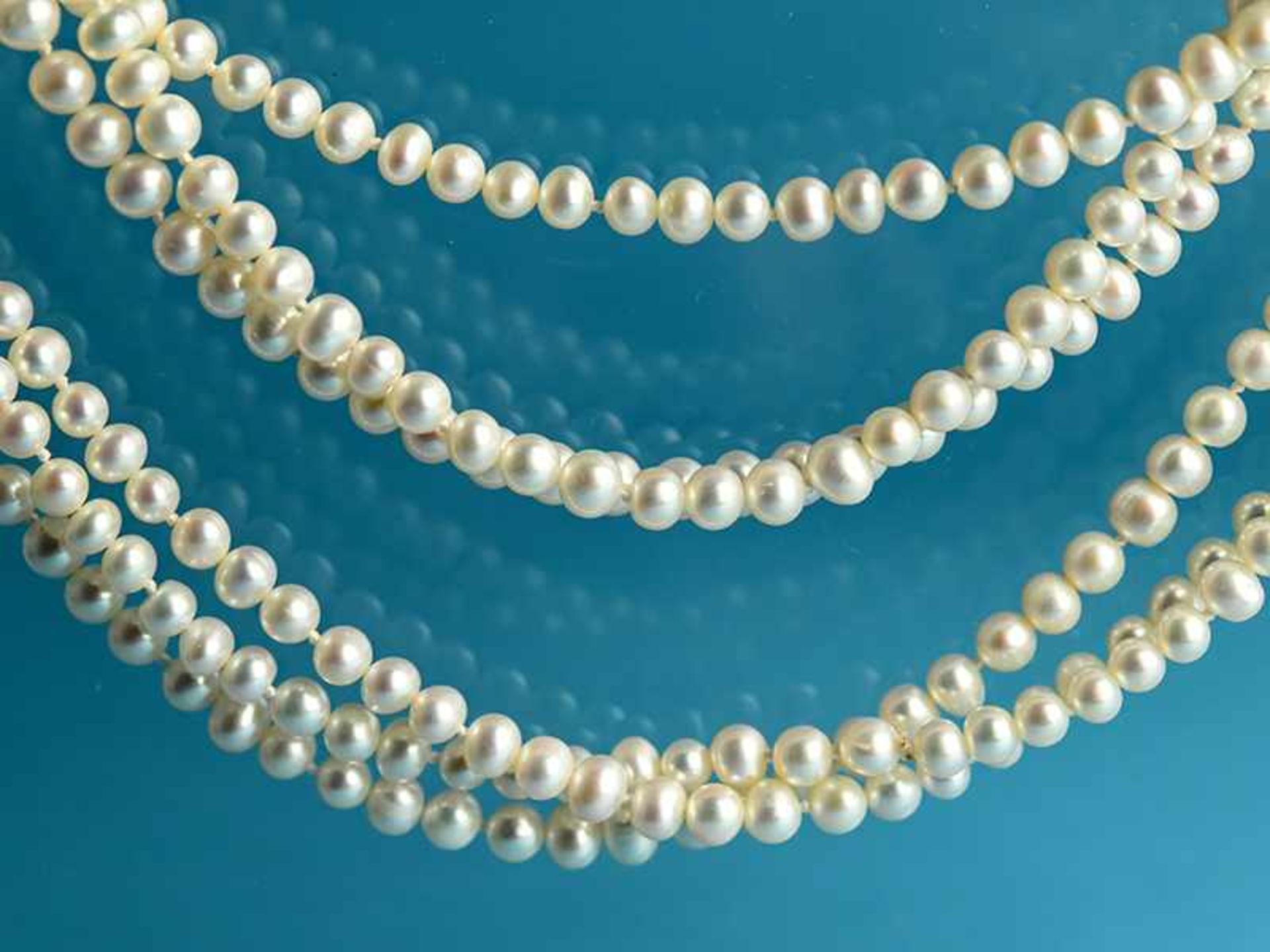3 lange Zuchtperlenketten, 21. Jh. Endlosstränge und im Abstand von 3 Perlen geknotet. Leichte - Bild 3 aus 3