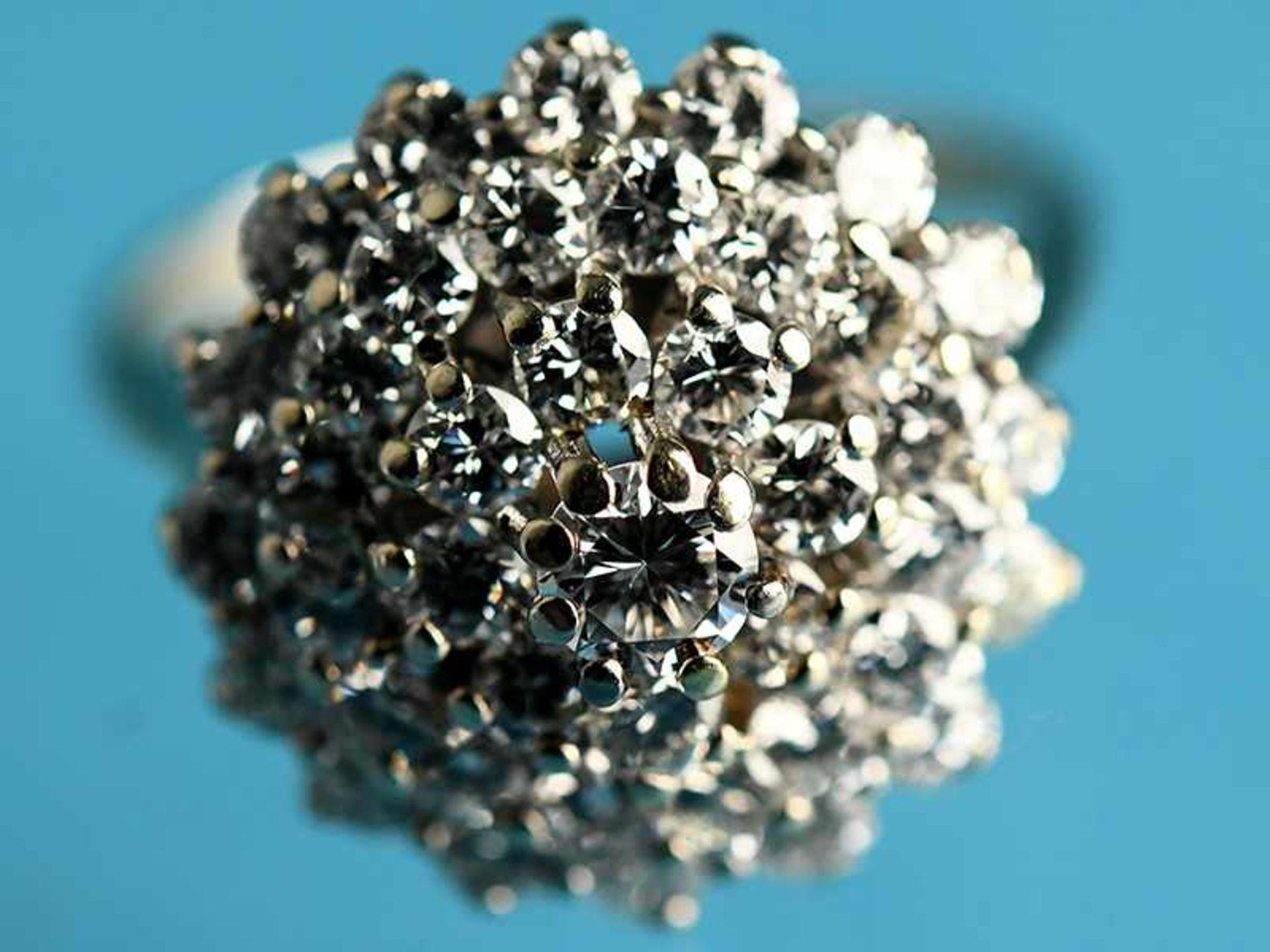 Ring mit Brillanten, zusammen ca. 1,3 ct, 80- er Jahre 585/- Weißgold. Gesamtgewicht ca. 4,7 g.