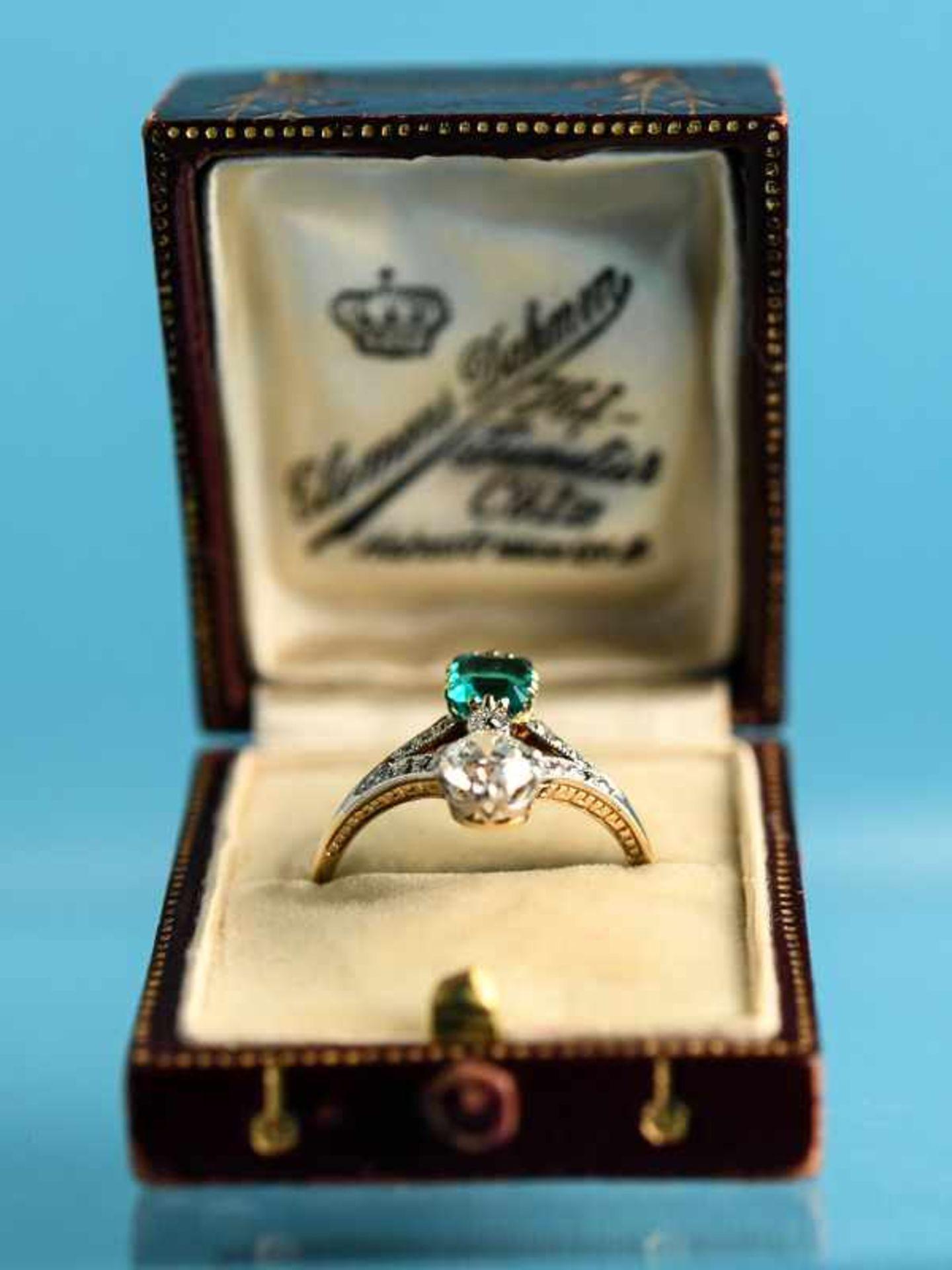 Hochwertiger Art Deco Ring mit Smaragd ca. 0,6 ct, Altschliff-Diamant ca. 0,65 ct und 19 kleinen