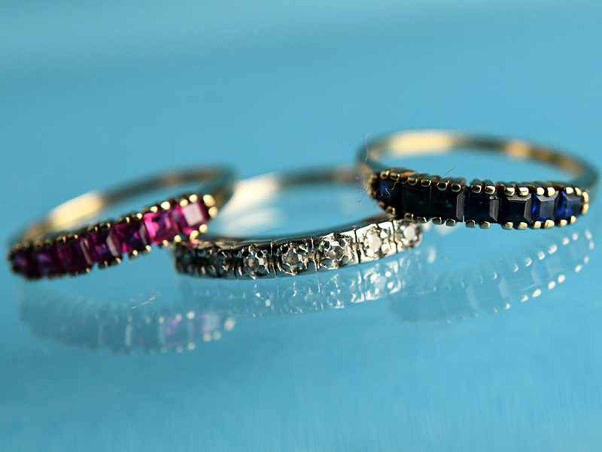 3 verschiedene Ringe mit kleinen Diamanten, Rubinen und Saphiren, 20. Jh. 1.) Ring aus 585/-