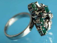 Ring mit 5 Smaragden und kleinen Diamanten, 20. Jh. 750/- Weißgold. Gesamtgewicht ca. 7,1 g.