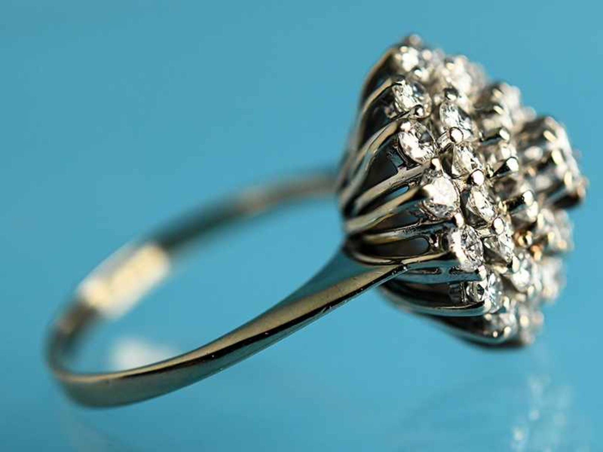 Ring mit Brillanten, zusammen ca. 1,3 ct, 80- er Jahre 585/- Weißgold. Gesamtgewicht ca. 4,7 g. - Bild 3 aus 4