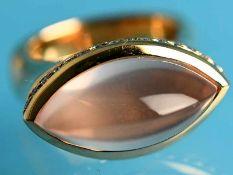 Massiver Ring mit Rosenquarz-Cabochon und Brillanten, zusammen ca. 0,32 ct, Goldschmiedearbeit,