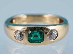 Massiver Bandring mit Smaragd ca. 1,09 ct und 2 Altschliff-Diamanten, zusammen 0,73 ct,