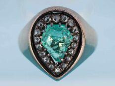 Antiker Ring mit Smaragd ca. 3 ct und 18 Diamantrosen, zusammen ca. 0,25 ct, um 1900 585/- Gelbgold.