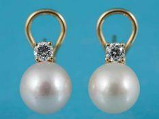 Paar Ohrclips mit Akoja-Perlen und 2 Brillanten, zusammen ca. 0,36 ct, 21. Jh. 750/- Gelbgold.