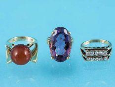 3 verschiedene Ringe mit Amethyst, Karneol und Brillanten, zusammen ca. 0,2 ct, 70-er Jahre 1.) Ring
