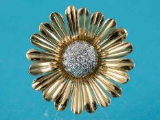 Blütenbrosche mit 20 Brillanten, zusammen ca. 0,4 ct, Juweliersarbeit aus den 70-er Jahren 750/-