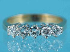 Ring mit 5 Brillanten, zusammen ca. 0,7 ct, 70-er Jahre 585/- Gelb- und Weißgold. Gesamtgewicht