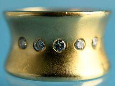 Breiter Bandring mit 5 Brillanten, zusammen ca. 0,2 ct, Goldschmiedearbeit 20. Jh. 585/-Gelbgold.