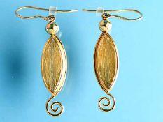 Paar Ohrgehänge mit Rutilquarz, Goldschmiedearbeit, 21. Jh. 750/- Gelbgold. Gesamtgewicht ca. 15,9