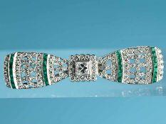 Schleifenbrosche mit Smaragd-Carrés und Diamanten, zusammen ca. 1,3 ct, Art Déco. 750/- Weißgold.