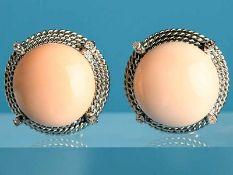 Paar Ohrclips mit Korallenboutons und 8 kleinen Brillanten, zusammen ca. 0,16 ct, Juweliersarbeit,