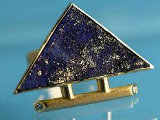 Moderner Ring mit Lapislazuli und 2 kleinen Brillanten, zusammen ca. 0,02 ct, Goldschmiedearbeit.
