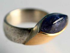 Moderner Ring mit Tansanit-Cabochon, Goldschmiedearbeit, 21. Jh. 925/- Silber und 585/- Gelbgold.