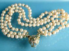 3-rhg. Perlencollier mit halbplastischer Raubtierschließe mit 67 Brillanten, zusammen ca. 0,80 ct