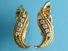 Paar Ohrclips mit 10 Brillanten, zusammen ca. 0,4 ct, wohl USA, 50-er Jahre. 750/- Gelbgold.