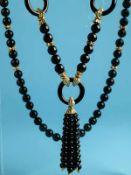 Langes Collier mit Onyx-Kugeln- und Ringen mit verschiedenen, goldenen Zwischen- und