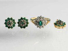 Ring, Anhänger und Ohrstecker mit Smaragden und Diamanten, zusammen ca.0,2 ct, 20. Jh. 585/- Gelb-