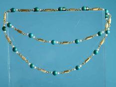 Lange Türkis-Perlenkette, 70-er Jahre. 750/- Gelbgold. Gesamtgewicht ca. 48,8 g. Regelmäßig