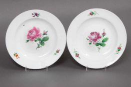 Paar MEISSEN Teller Porzellan, um 1820, je mit Rosendekor, Fahne mit Streublümchen, D 24cm, leicht