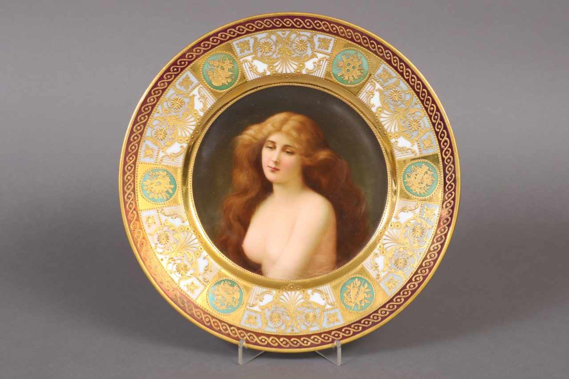 Los 34 - Zierteller im Wiener Stil Anfang 20. Jhdt., im Spiegel Darstellung eines weiblichen Halbaktes, reich