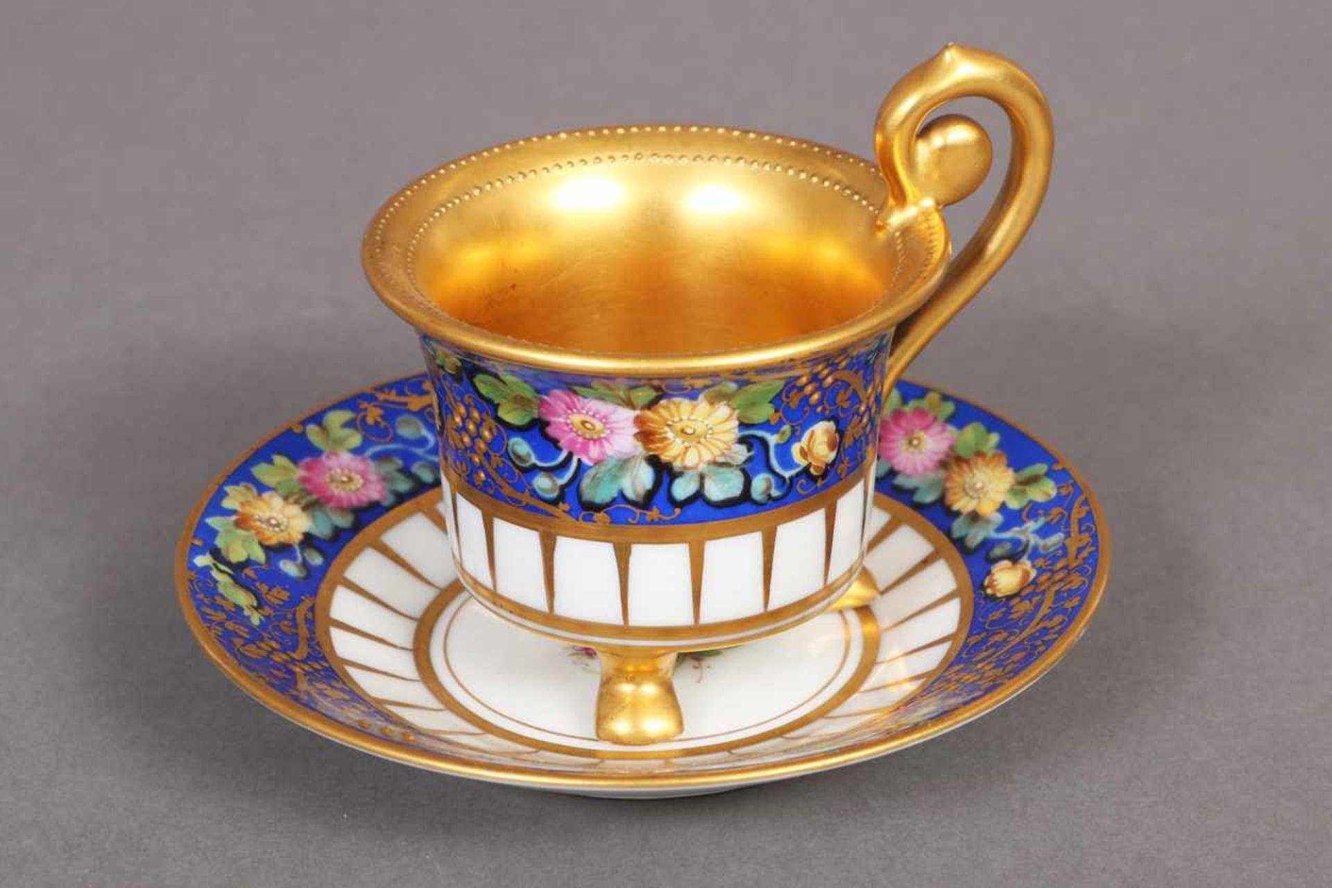 Los 13 - DRESDEN Tasse mit Untertasse um 1900, königsblauer Fond mit polychromem Blumendekor, reich vergoldet