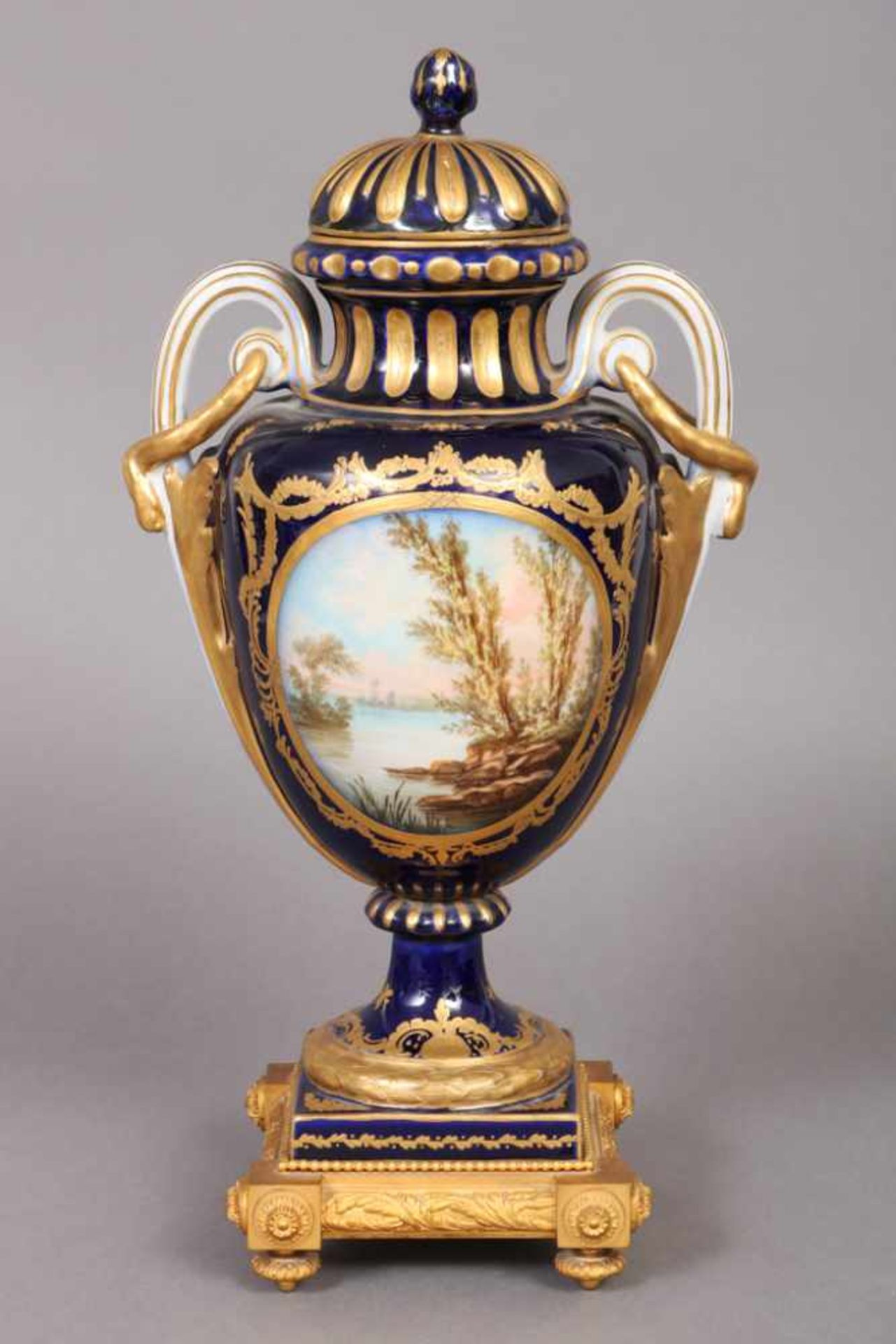 Los 1 - Prunkdeckelvase im Stile Sèvres wohl Ende 19. Jhdt., amphorenförmiger Korpus auf gekehltem Rundfuß