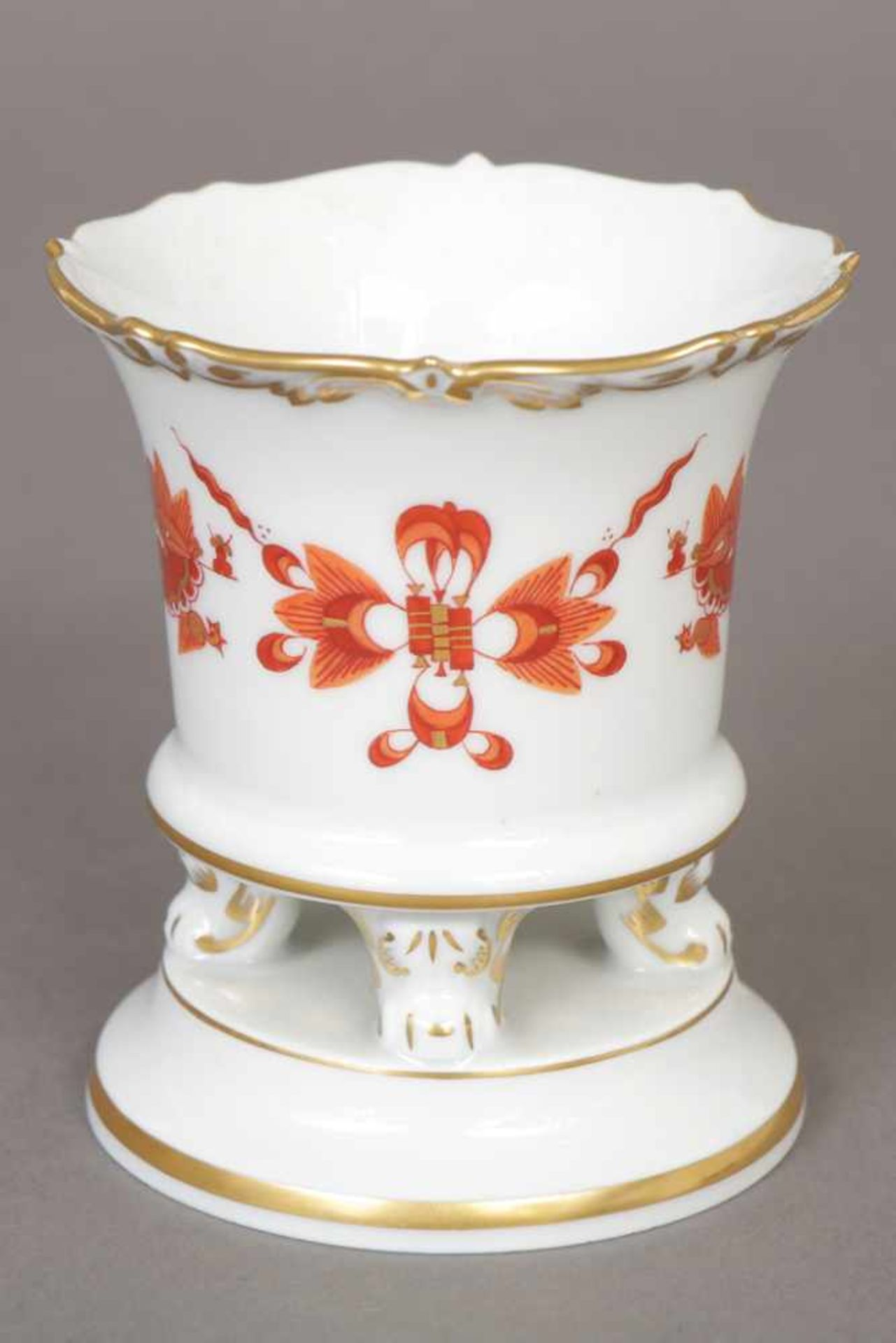 Los 67 - Kleine MEISSEN Vase 2. Hälfte 20. Jhdt., konischer Korpus auf 4 Volutenfüßen und rundem Sockel, ¨