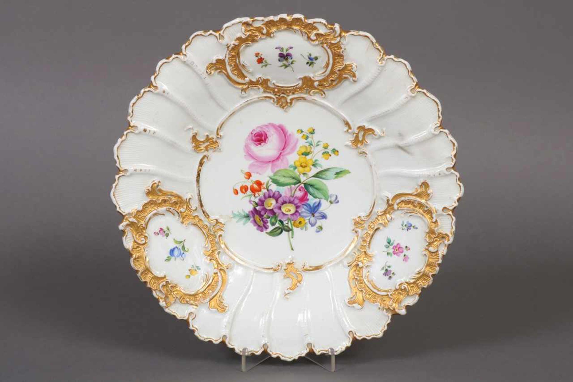Los 49 - MEISSEN Prunkteller um 1900 (Knaufzeit), polychrome Blumenmalerei mit Goldstaffage,