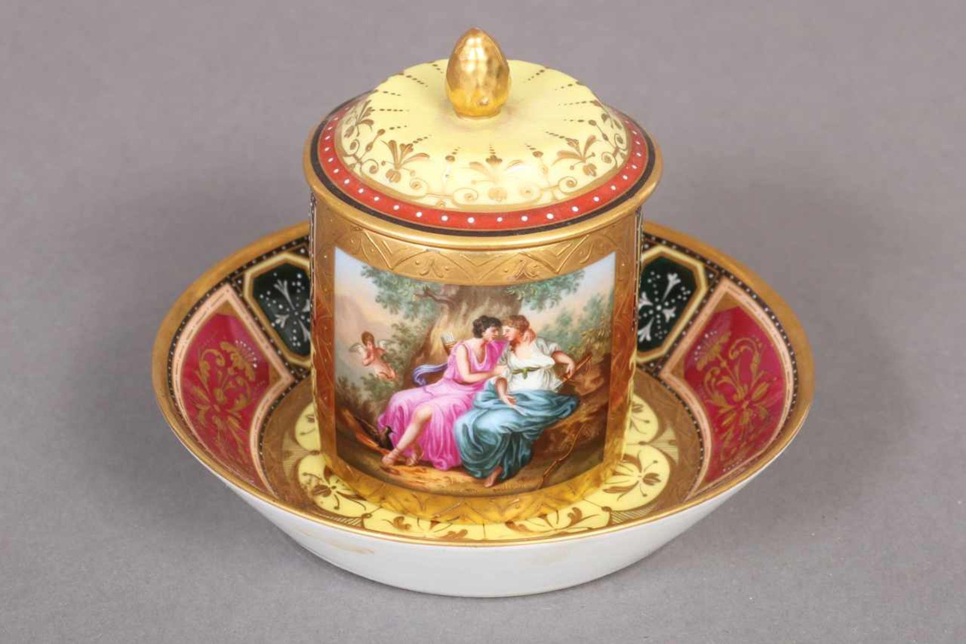 Los 17 - Zierdeckeltasse mit Untertasse im Wiener Stil um 1900, zylindrischer Korpus mit gekantetem Henkel,