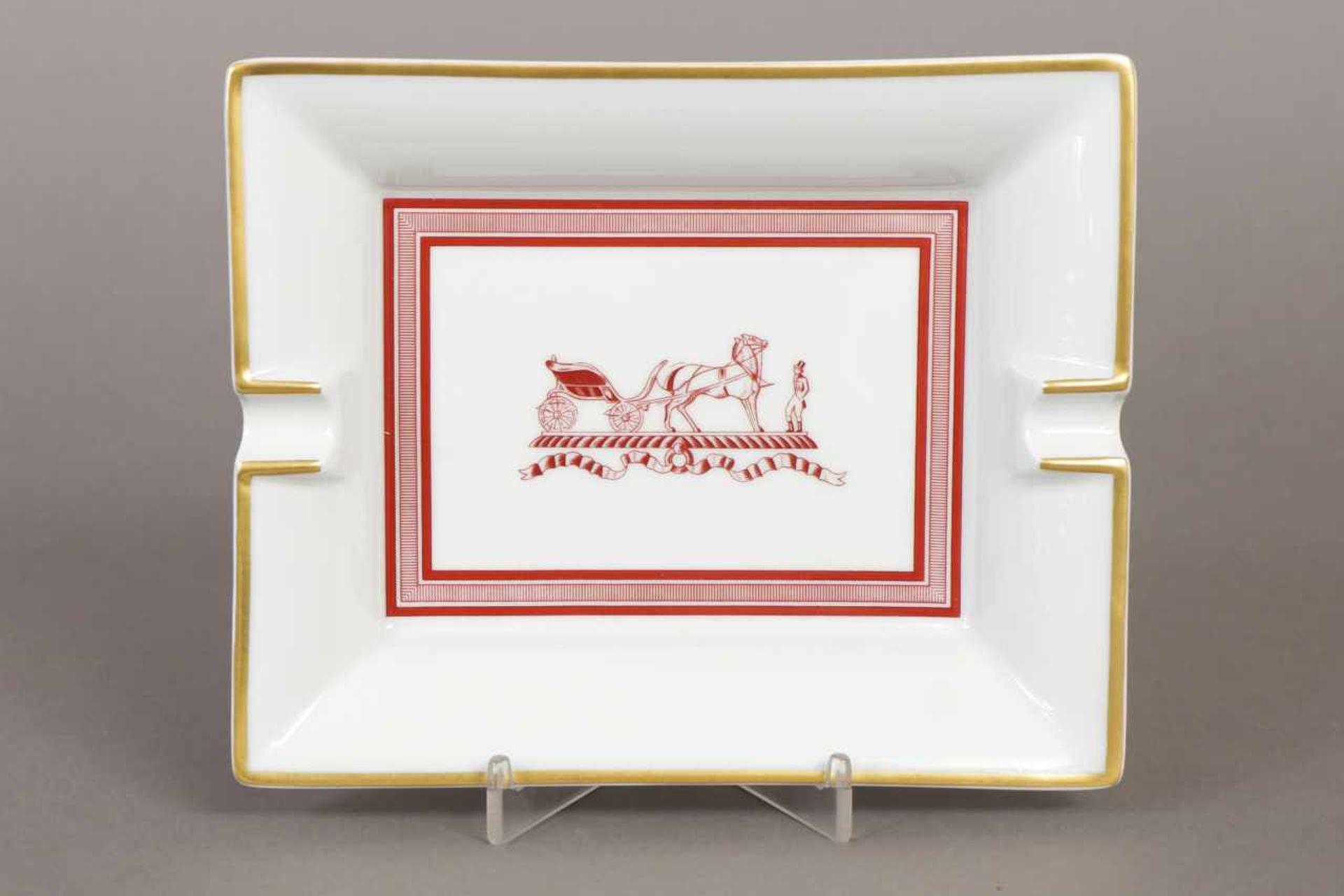 Los 10 - HERMÈS Aschenbecher Porzellan, rechteckige, vertiefte Form, im Spiegel rostrotes Kutschenmotiv,
