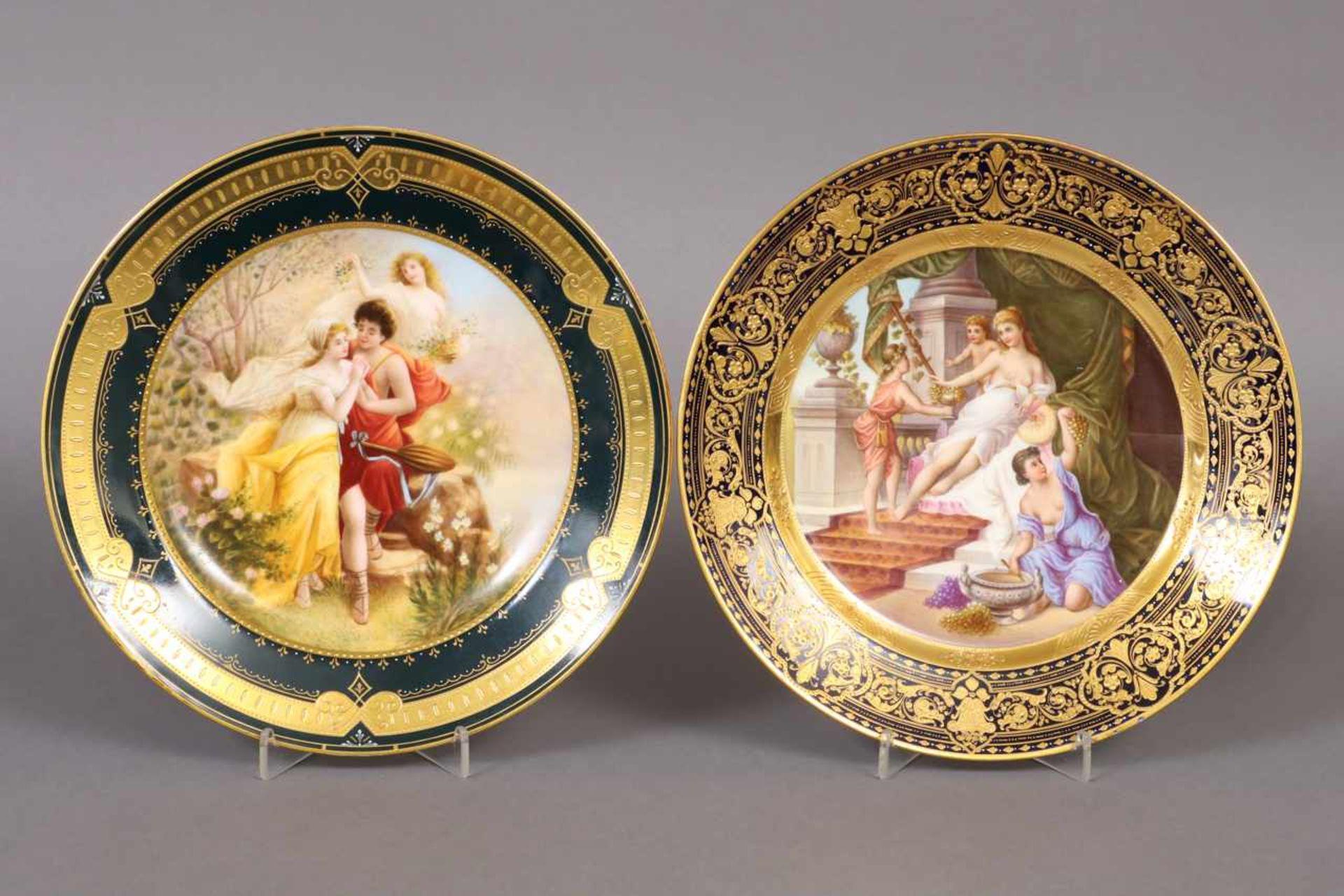 Los 33 - 2 Zierteller im Wiener Stil wohl Böhmen, um 1900, im Spiegel vielfigurige Szenen, reich