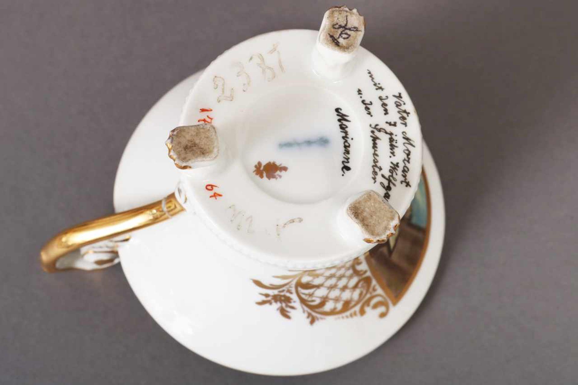 Los 25 - KPM BERLIN Ziertasse Anfang 20. Jhdt., Glockenform auf 3 Tatzenfüßen, schauseitig in Goldreserve