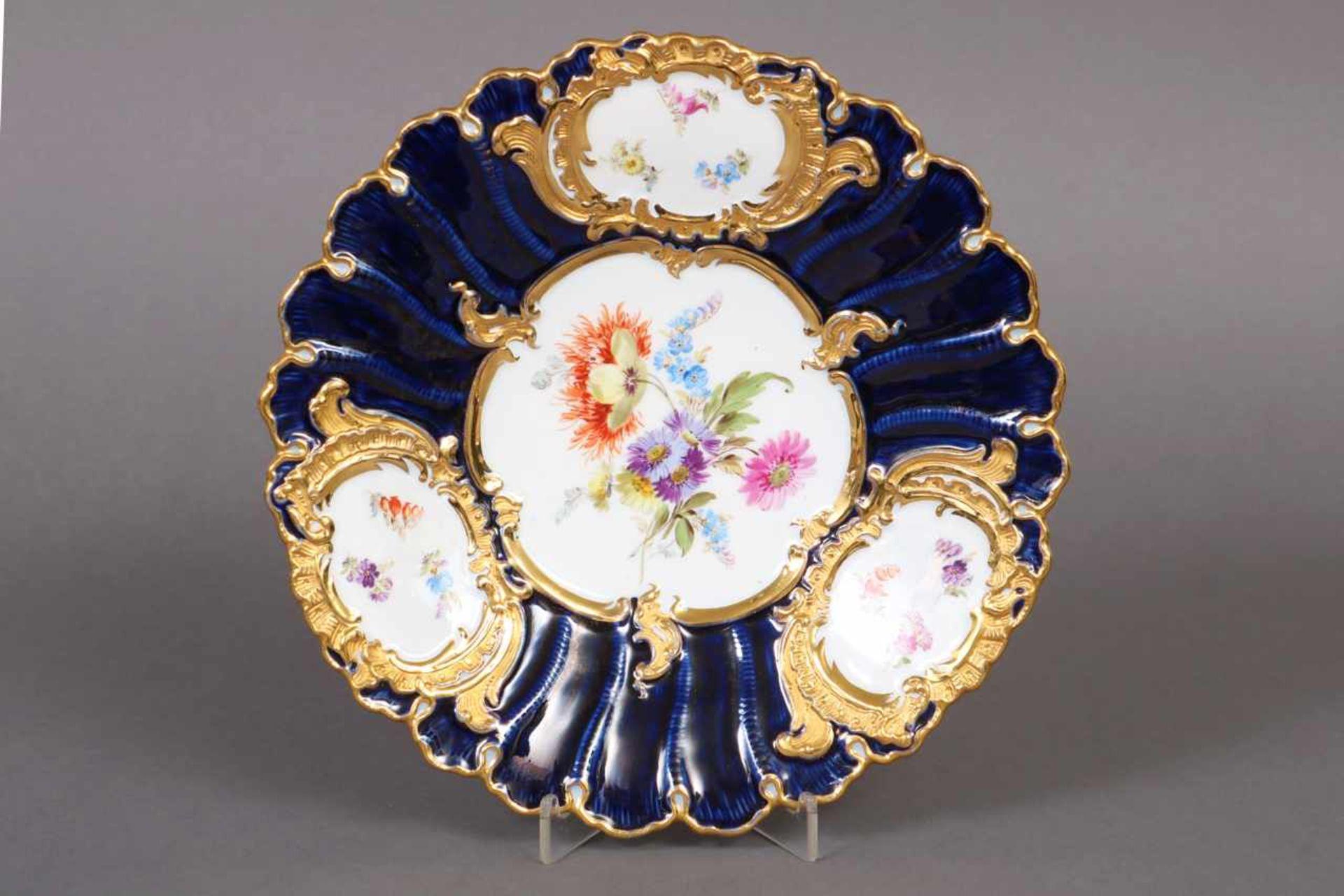 Los 48 - MEISSEN Prunkteller um 1900 (Knaufzeit), im Spiegel polychrome Blumenmalerei mit kobaltblauer