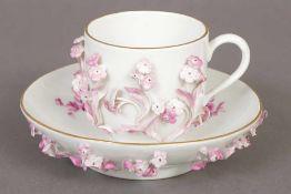 MEISSEN Ziertasse mit Untertasse um 1900 (Knaufzeit), plastisches Blütendekor, purpur- und